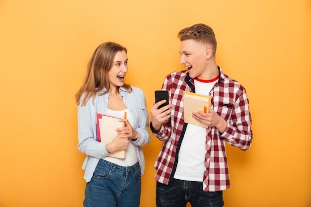 Porträt eines lachenden teenager-schulpaares