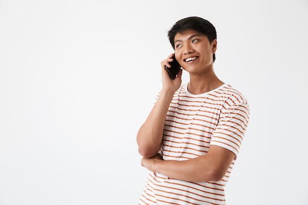 Porträt eines lächelnden asiatischen mannes, der auf handy spricht