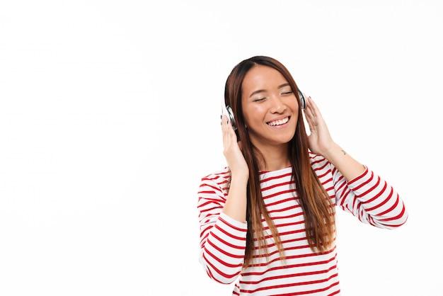 Porträt eines lächelnden freudigen asiatischen mädchens