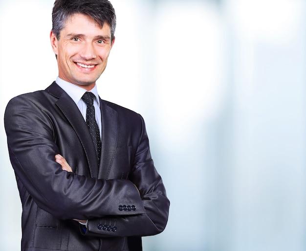 Porträt eines lächelnden gutaussehenden geschäftsmannes