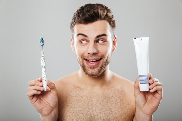 Porträt eines lächelnden halb nackten mannes