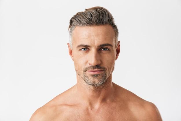 Porträt eines lächelnden halbnackten mannes 30er jahre mit borsten isoliert auf weiß