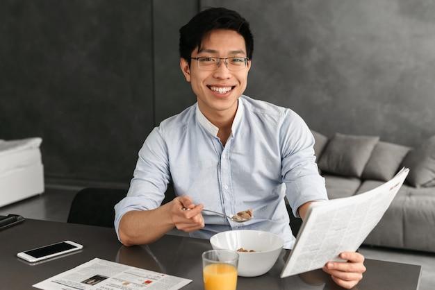 Porträt eines lächelnden jungen asiatischen mannes