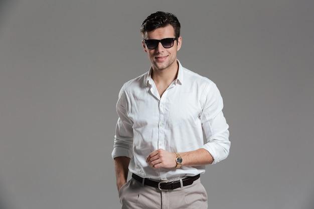 Porträt eines lächelnden jungen mannes gekleidet im weißen hemd