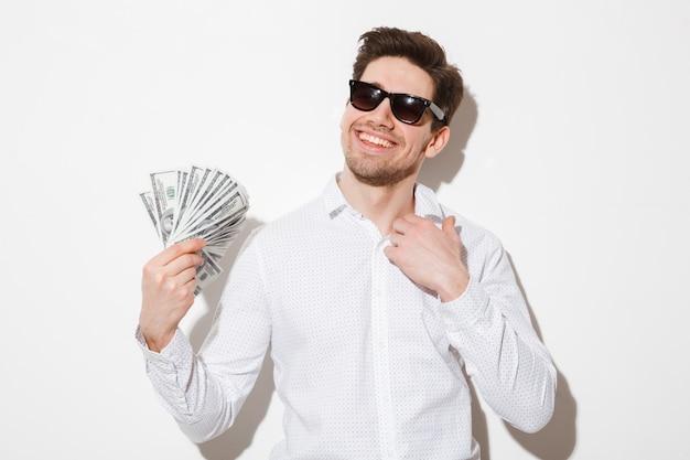 Porträt eines lächelnden jungen mannes in der sonnenbrille