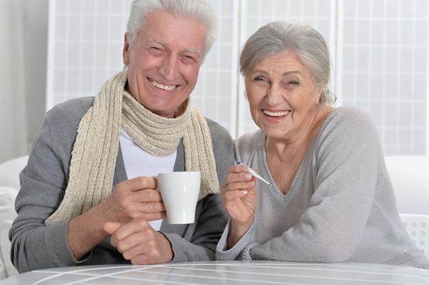 Porträt eines lächelnden kranken älteren paares