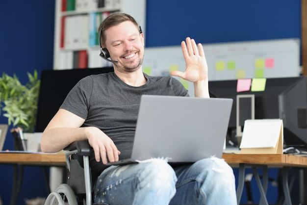 Porträt eines lächelnden männlichen betreibers, der den kunden per videoanruf begrüßt