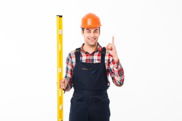 Porträt eines lächelnden männlichen vorarbeiters kleidete in der uniform an