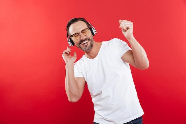 Porträt eines lächelnden reifen mannes, der musik hört