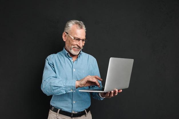 Porträt eines lächelnden reifen mannes gekleidet im hemd