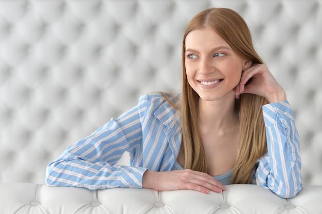 Porträt eines lächelnden schönen mädchens mit blonden haaren