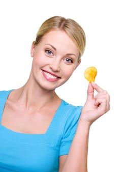 Porträt eines lächelnden schönen mädchens mit einem chip in ihrer hand