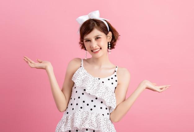 Porträt eines lächelnden spielerischen netten auf rosa