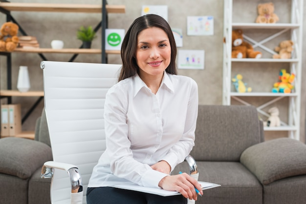 Porträt eines lächelnden weiblichen psychologen in ihrem büro