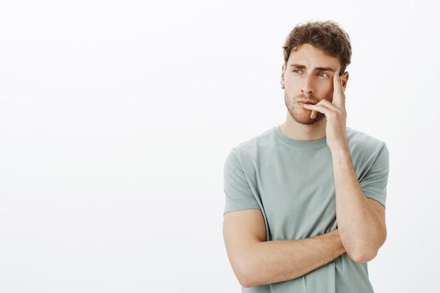 Porträt eines lässigen mannes, der im studio aufwirft