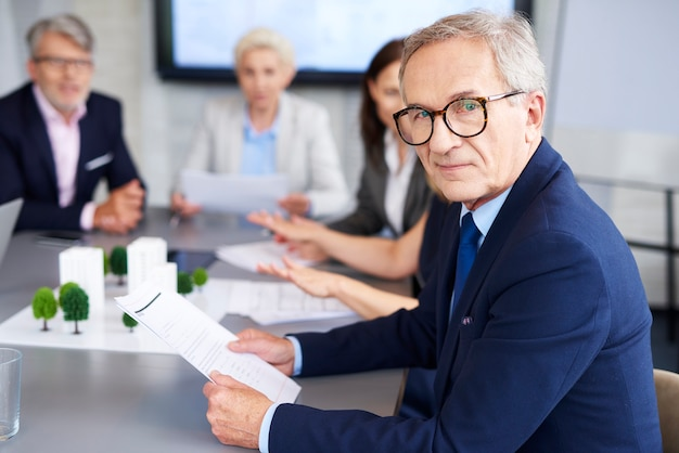 Porträt eines leitenden geschäftsmannes während einer konferenz