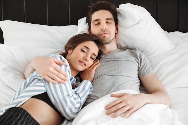 Porträt eines liebevollen jungen paares, das zusammen schläft
