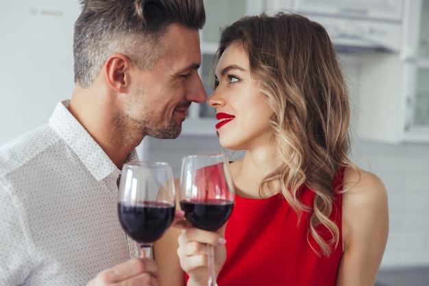 Porträt eines liebevollen romantischen intelligenten gekleideten paares