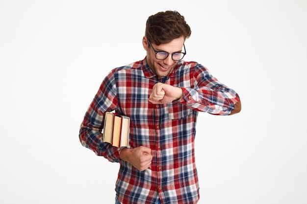 Porträt eines lustigen glücklichen männlichen studenten in brillen