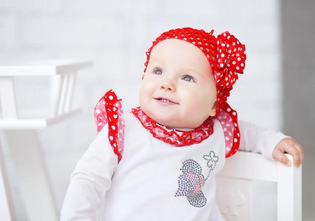 Porträt eines lustigen lächelnden babys im raum