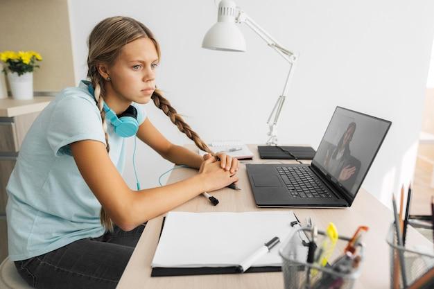 Porträt eines mädchens, das auf online-klasse achtet