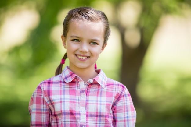 Porträt eines mädchens, das im park lächelt