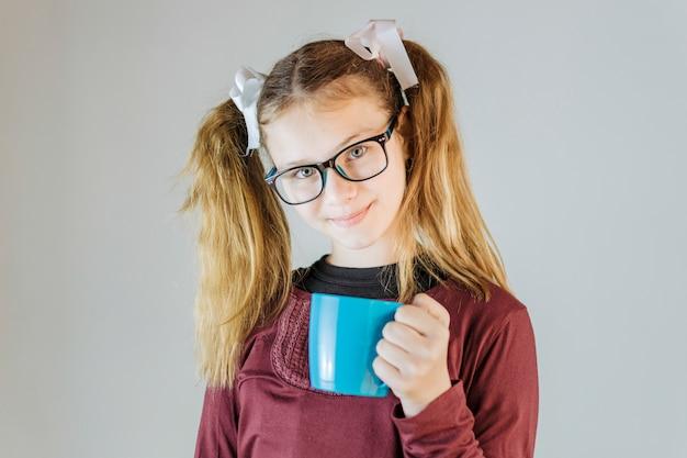 Porträt eines mädchens, das tasse kaffee hält