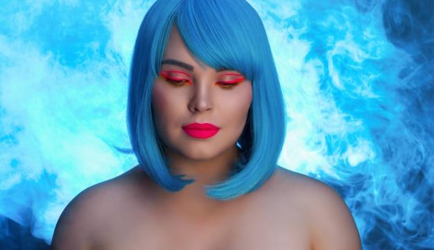 Porträt eines mädchens in blauer perücke und rosa make-up auf blauem hintergrund mit rauch