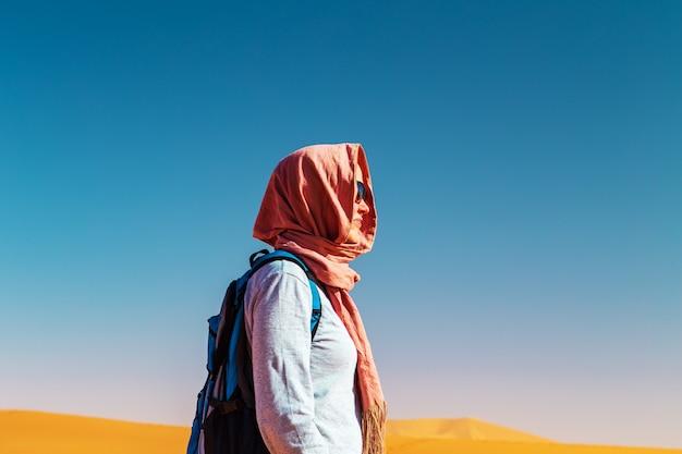 Porträt eines mädchens in einem kopftuch. sahara-wüste, erg chebbi, merzouga, marokko.