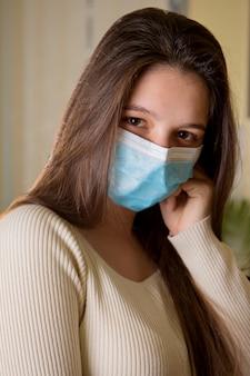Porträt eines mädchens in einem verband gegen ein virus