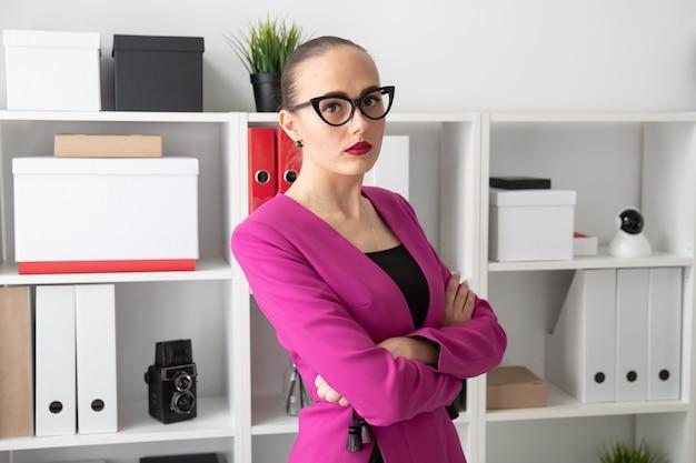 Porträt eines mädchens in einer rosa jacke am arbeitsplatz