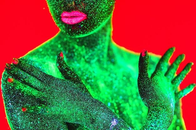 Porträt eines mädchens in fluoreszierendem pulver gemalt.