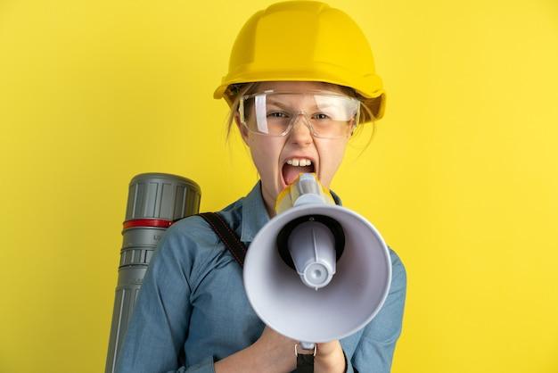 Porträt eines mädchens mit einem helm und einem lautsprecher in ihren händen