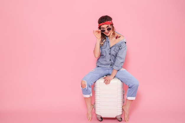 Porträt eines mädchens mit einem koffer