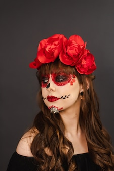 Porträt eines mädchens mit make-up dia de los muertos mit grauem hintergrund.