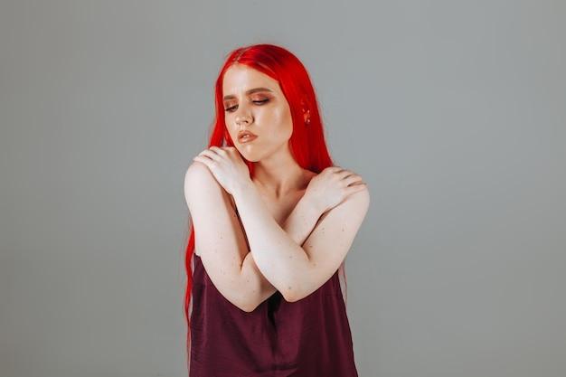 Porträt eines mädchens mit roten langen haaren