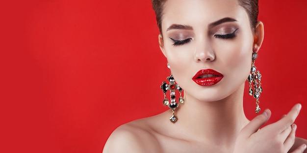 Porträt eines mädchens, natürliches make-up und frisur.