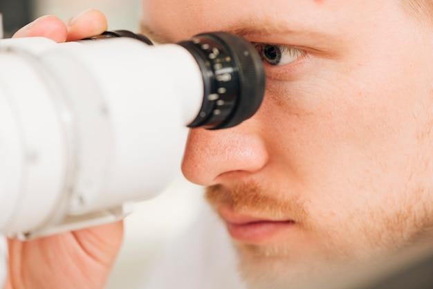 Porträt eines männlichen augenoptikers