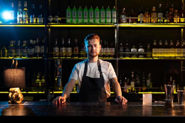 Porträt eines männlichen barkeepers, der auf seine kunden wartet