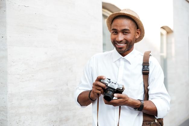 Porträt eines männlichen fotografen, der auf der straße lächelt