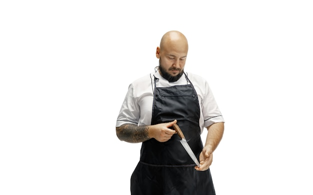 Porträt eines männlichen kochkochs, metzger lokalisiert auf einem weißen studio.