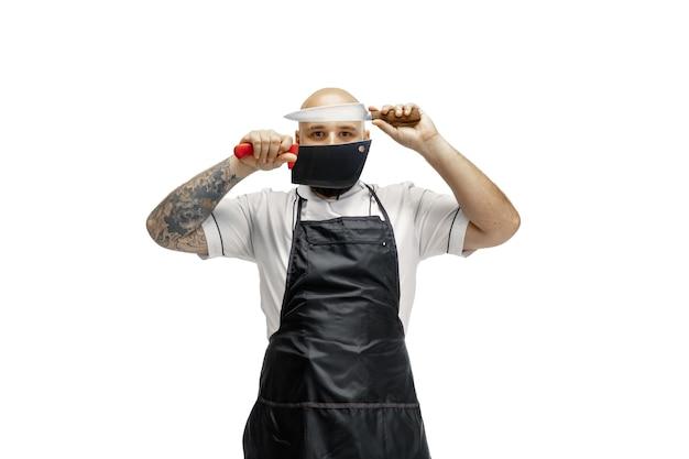 Porträt eines männlichen küchenchefs isoliert auf weiß