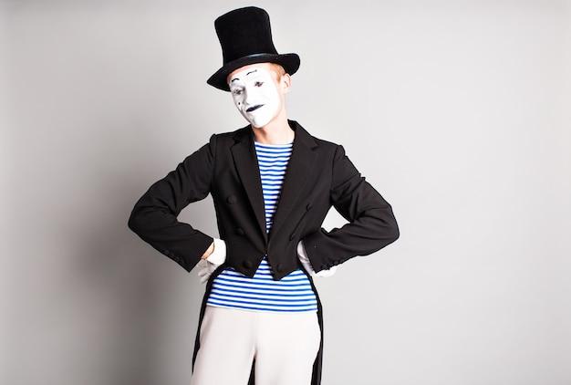 Porträt eines männlichen pantomimen. konzept des aprilscherzes.