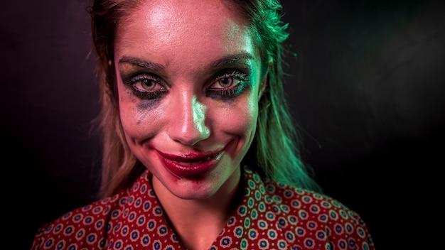 Porträt eines make-upclown-horrorcharakters, der kamera betrachtet