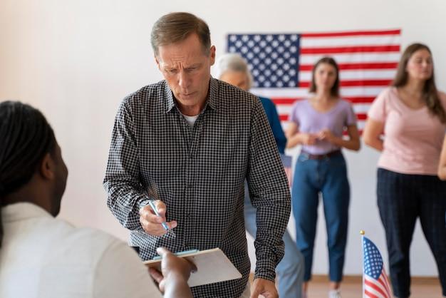 Porträt eines mannes am tag der wählerregistrierung