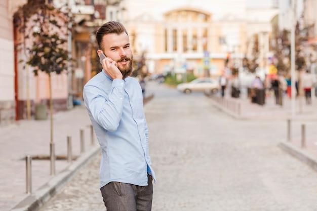 Porträt eines mannes, der auf smartphone spricht
