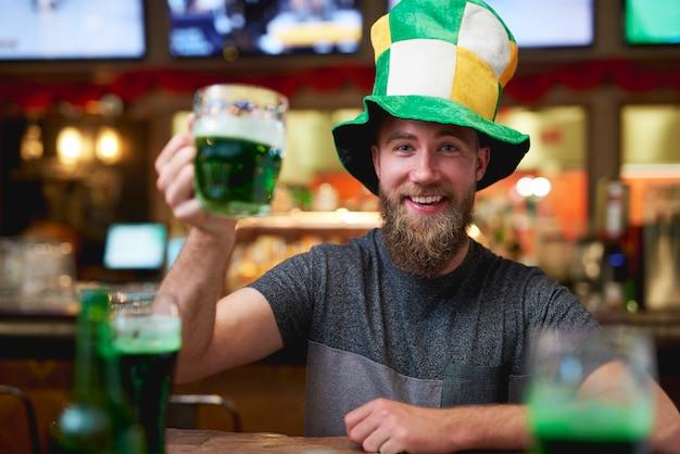 Porträt eines mannes, der den saint patrick's day an der bar feiert