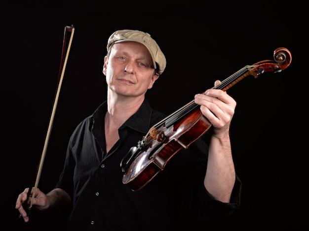Porträt eines mannes, der eine hölzerne violine hält