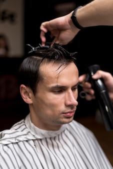 Porträt eines mannes, der einen haarschnitt erhält