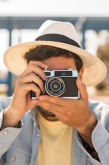 Porträt eines mannes, der fotos mit einer kamera macht